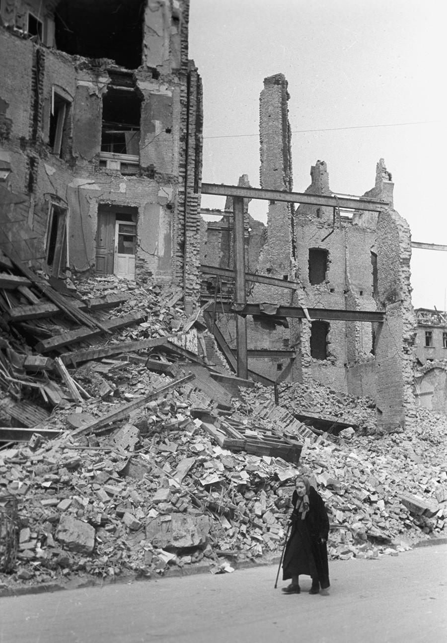 На одной из улиц разрушенного Берлина в 1945 году.