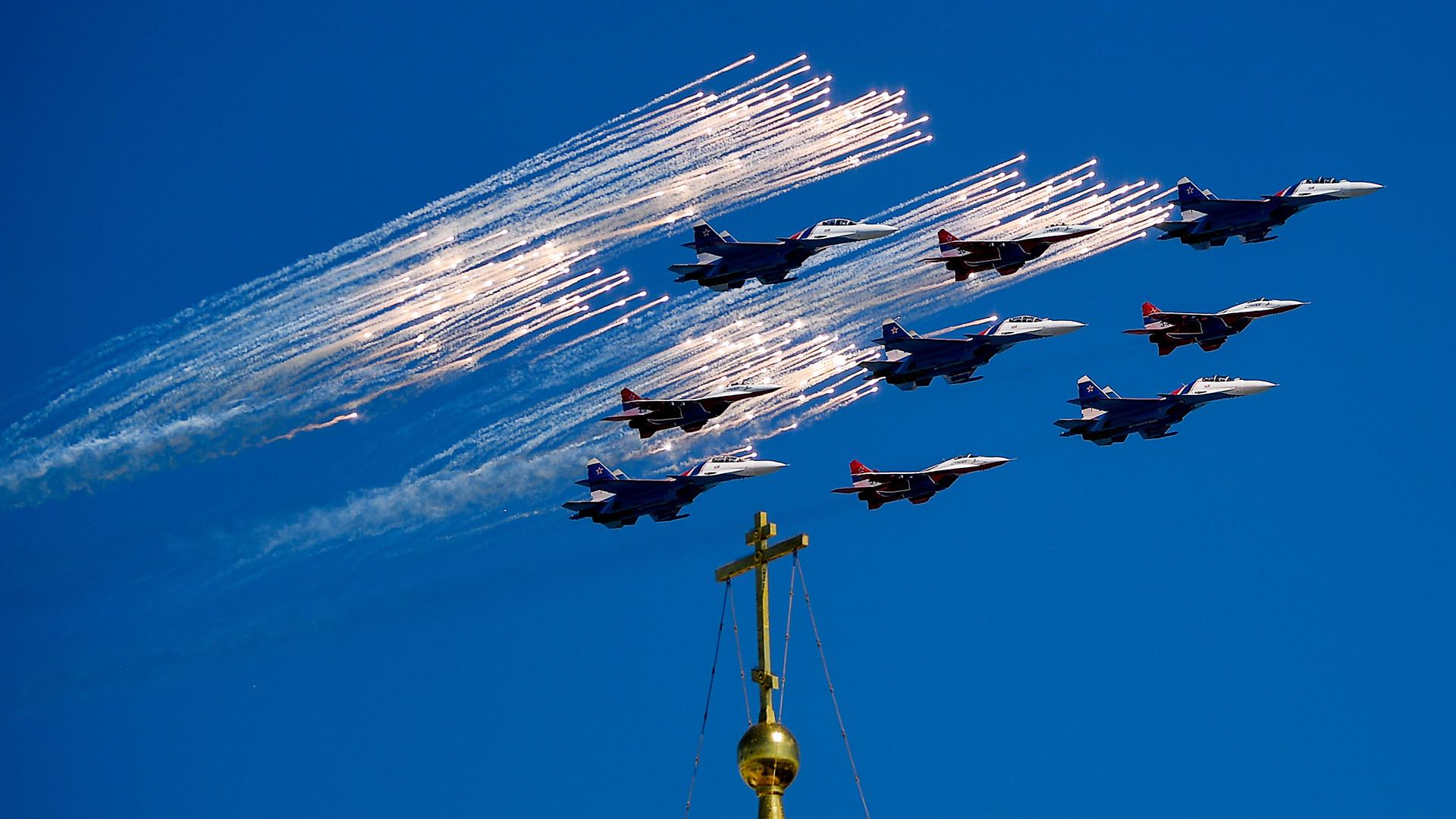 Des Su-30SM pilotés par l'équipe acrobatique des Preux Russes et un MiG-29