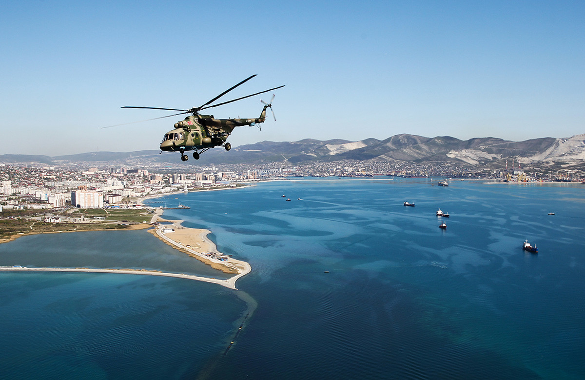 Un Mi-8 durant une répétition de la parade de 2020, à Novorossiïsk (Sud du pays)