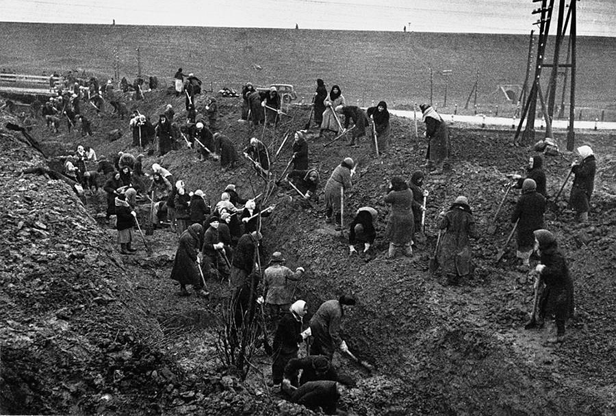 Création de tranchées antichars en périphérie de Moscou, septembre-octobre 1941