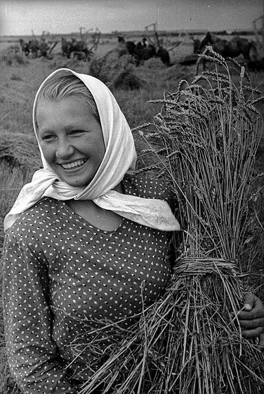 Frau mit Weizengarbe