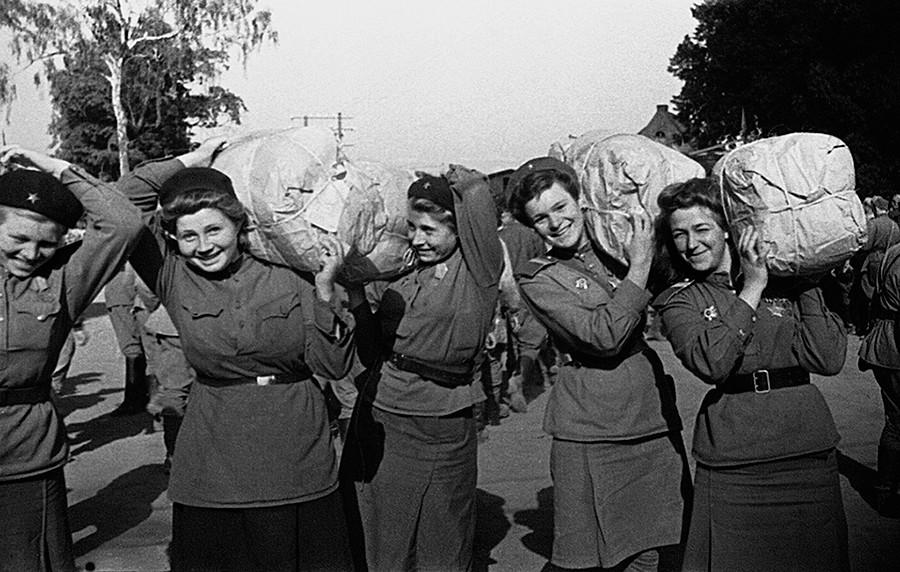 Aus dem Wehrdienst entlassene Soldatinnen auf dem Weg nach Hause
