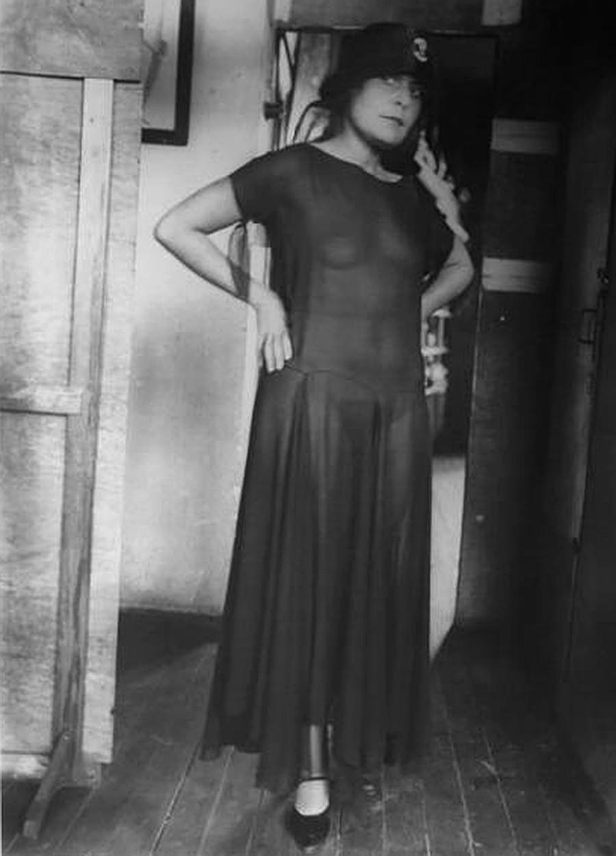 A musa de Maiakóvski, Lilia Brik, com vestido transparente.