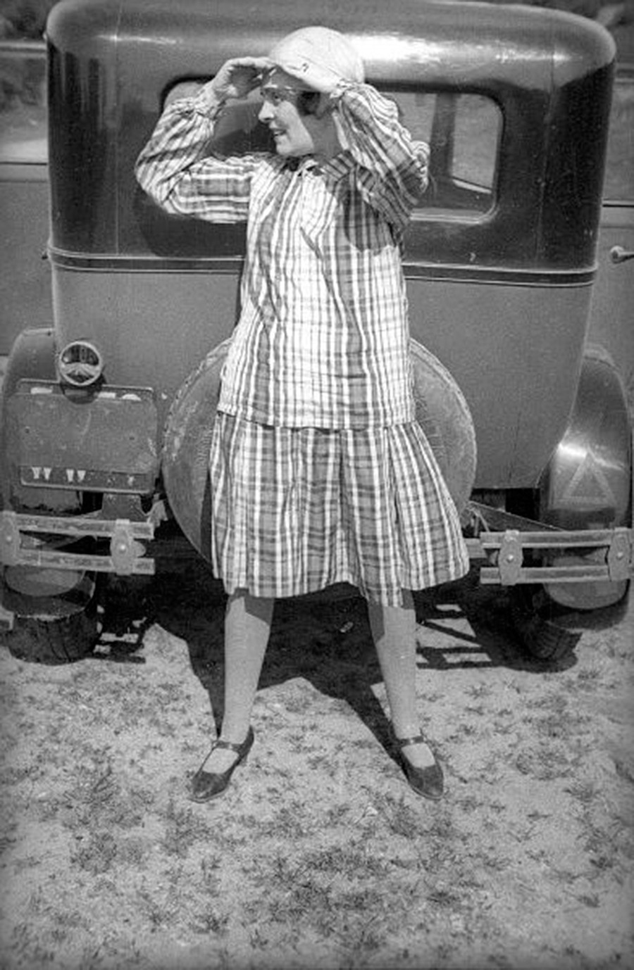 Lilia Brik diante de automóvel.