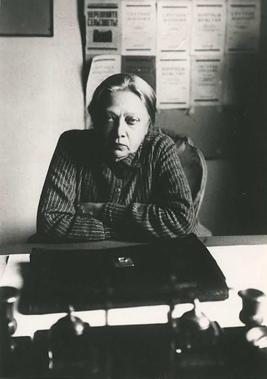 A feminista, revolucionária e pedagoga Nadiêjda Krúpskaia, mulher de Lênin, sentada à mesa de trabalho.