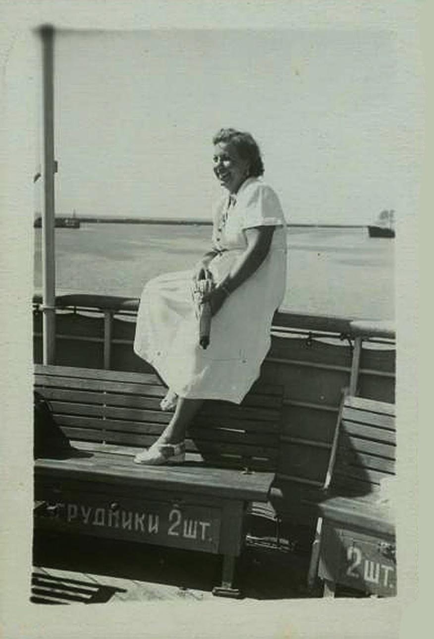 船に乗る女性