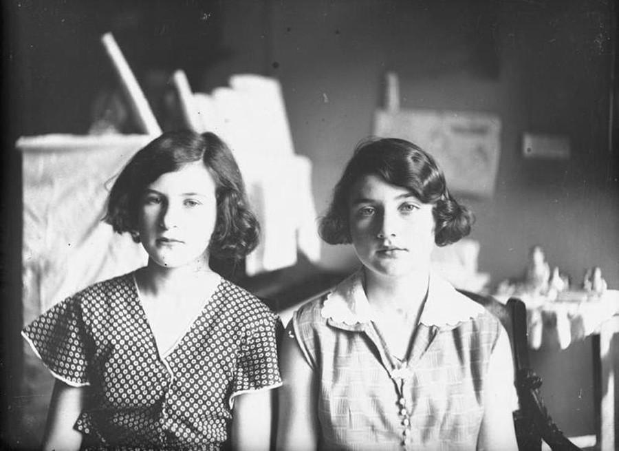 Dua perempuan muda