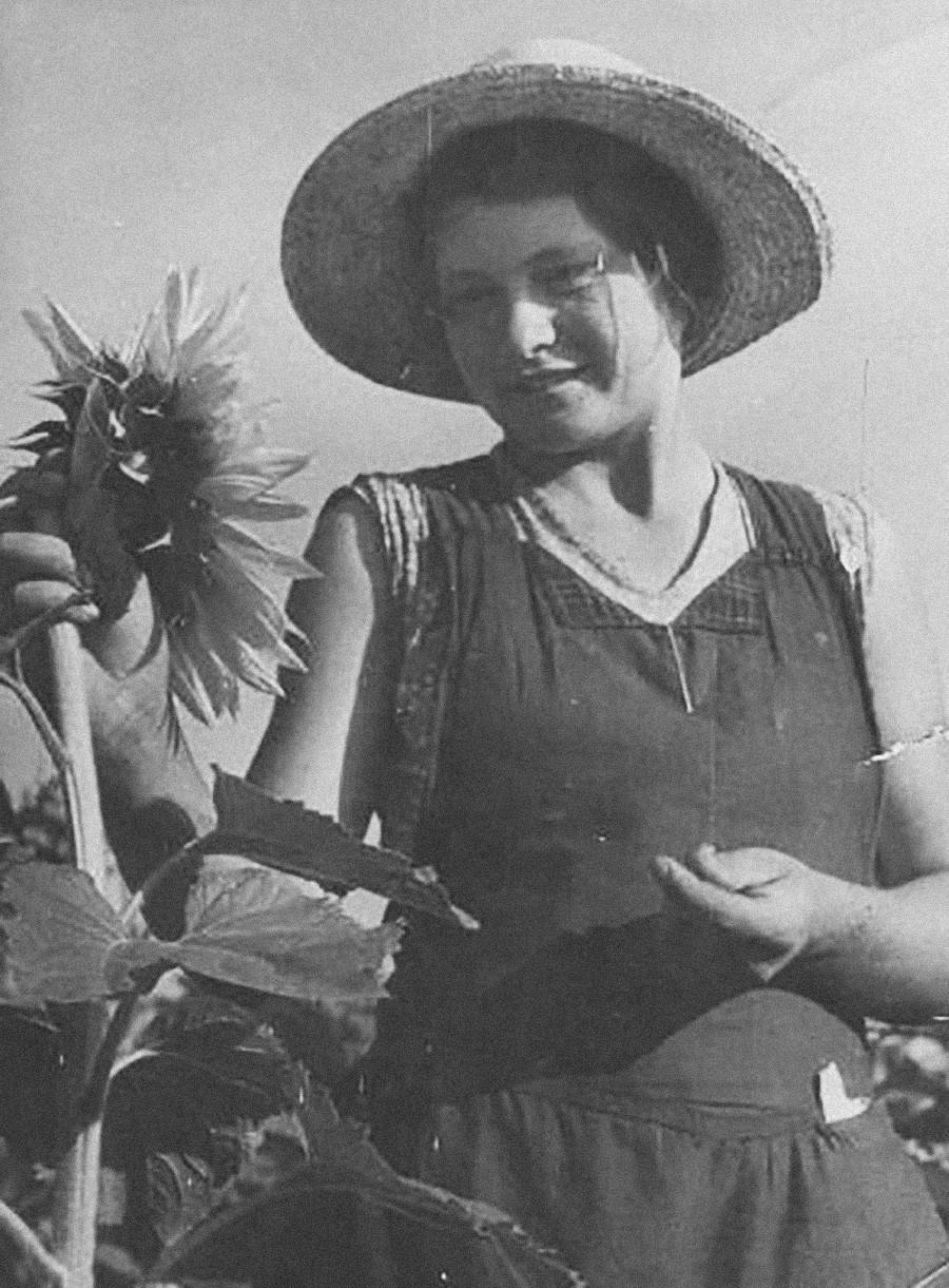 Seorang gadis dengan bunga matahari