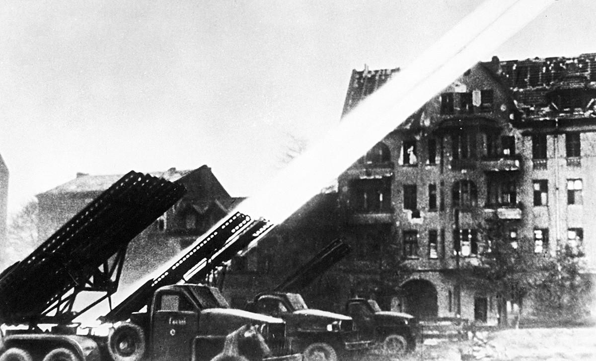 Уничтожающий огонь гвардейских минометов в Берлине.