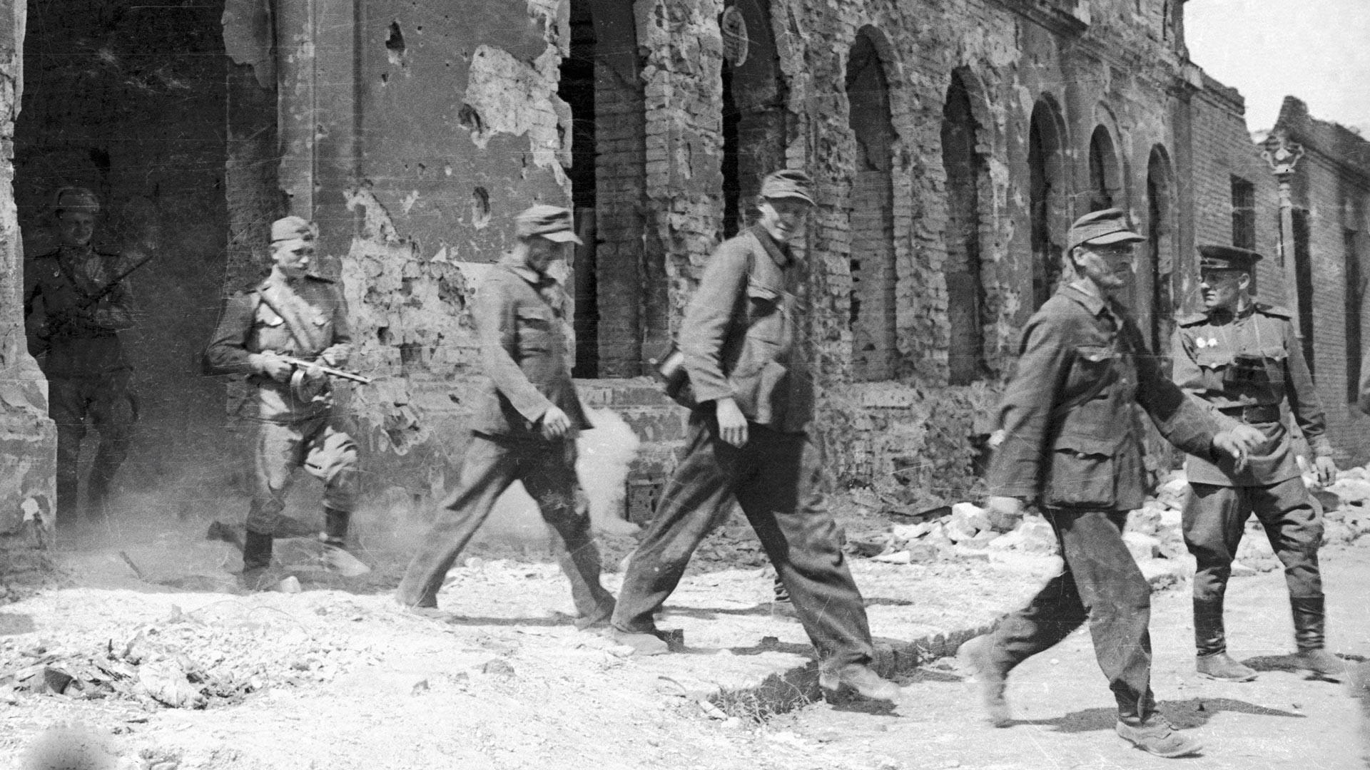 Последните войници на вермахта се предават в плен на Червената армия