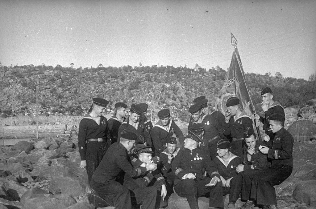 Уручење заставе посади подморнице М-171 3. посебне дивизије под командом хероја Совјетског Савеза Валентина Георгијевича Старикова