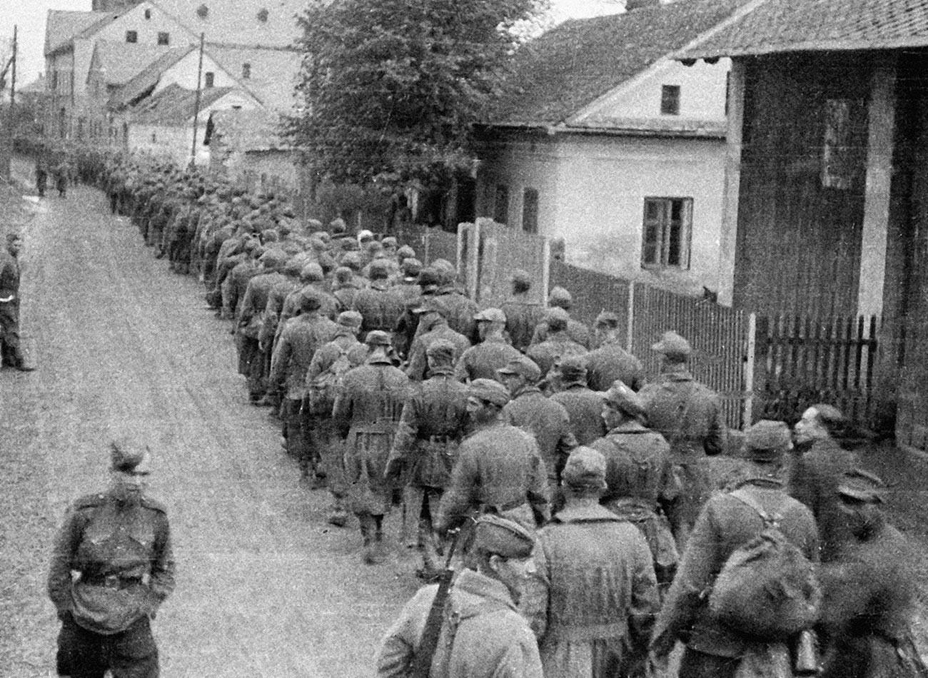 Колонна немецких военнопленных проходит по улице чешского города Хрудим.
