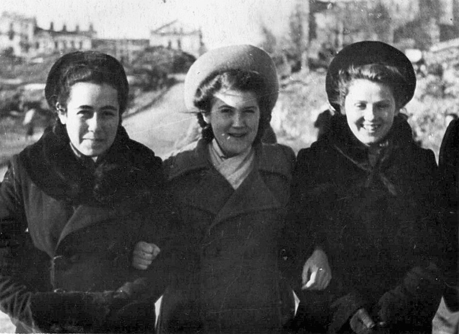 Classmates in the streets of the ruined Minsk