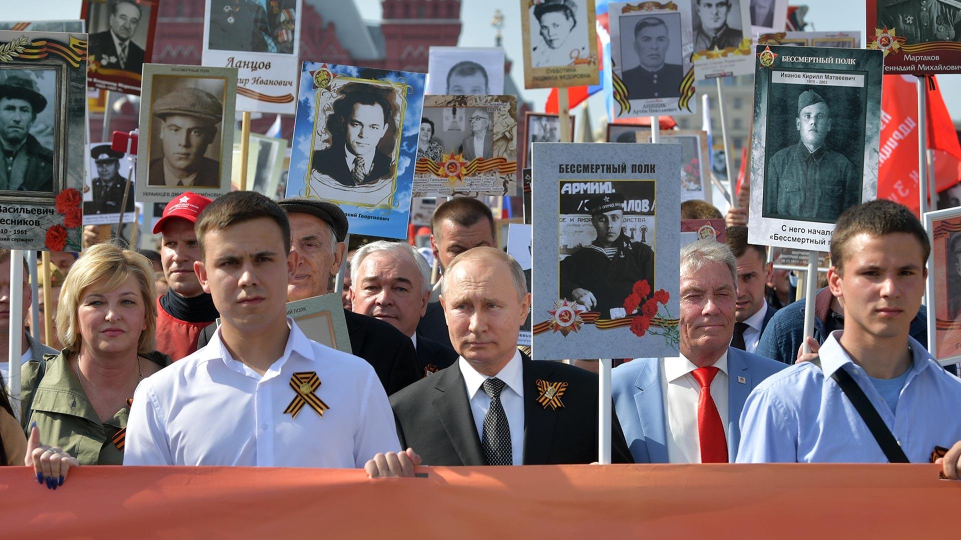 Президентът на Русия Владимир Путин с портрет на своя баща Владимир Спиридонович