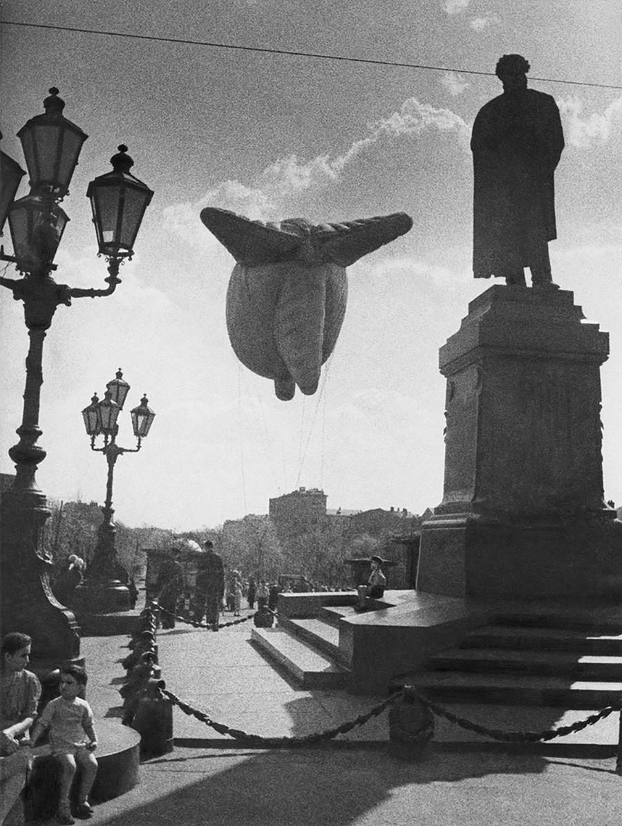 プーシキン広場の飛行船。1941年