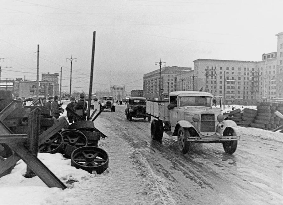 前線のモスクワ。モジャイスコエ街道、クトゥゾフ小屋のそば。1941年10月~12月