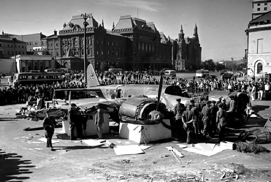 撃墜されたドイツの飛行機。スヴェルドロフ広場(現テアトラリナヤ広場)。1941年。