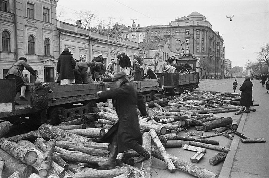 薪の荷下ろし。1941年