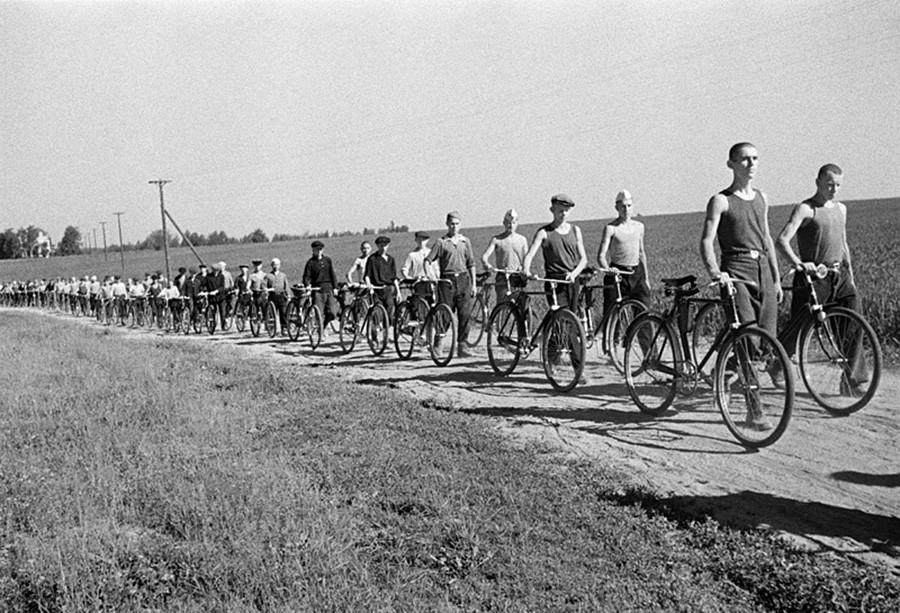 モスクワ郊外の義勇軍兵士。自転車部隊。1941年