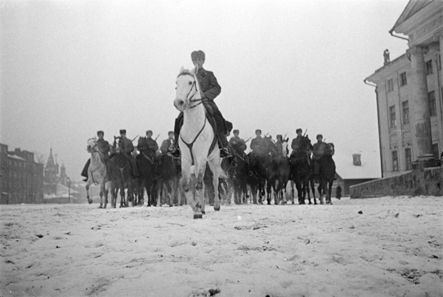 前線へ向かう予備軍。1941年