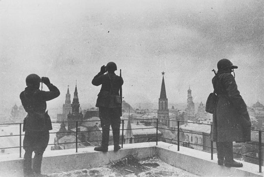 防衛戦中のモスクワ。空から来る敵を警戒する首都の守備隊