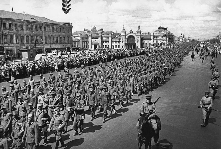 ベラルーシ駅付近(トヴェルスカヤ通り)のドイツ人捕虜の縦列。1944年