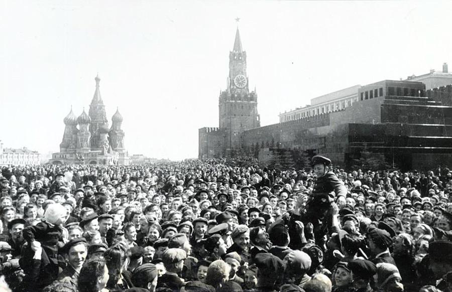 勝利宣言。赤の広場。1945年5月9日13時55分