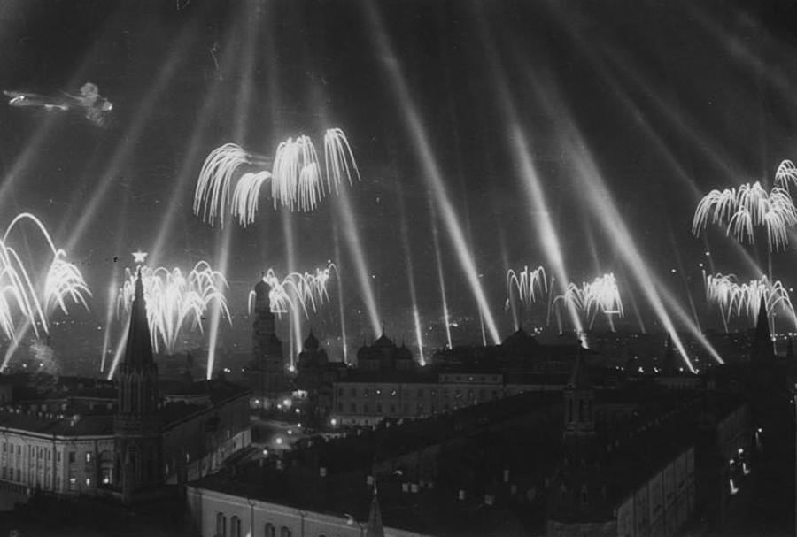 勝利の花火。1945年5月9日