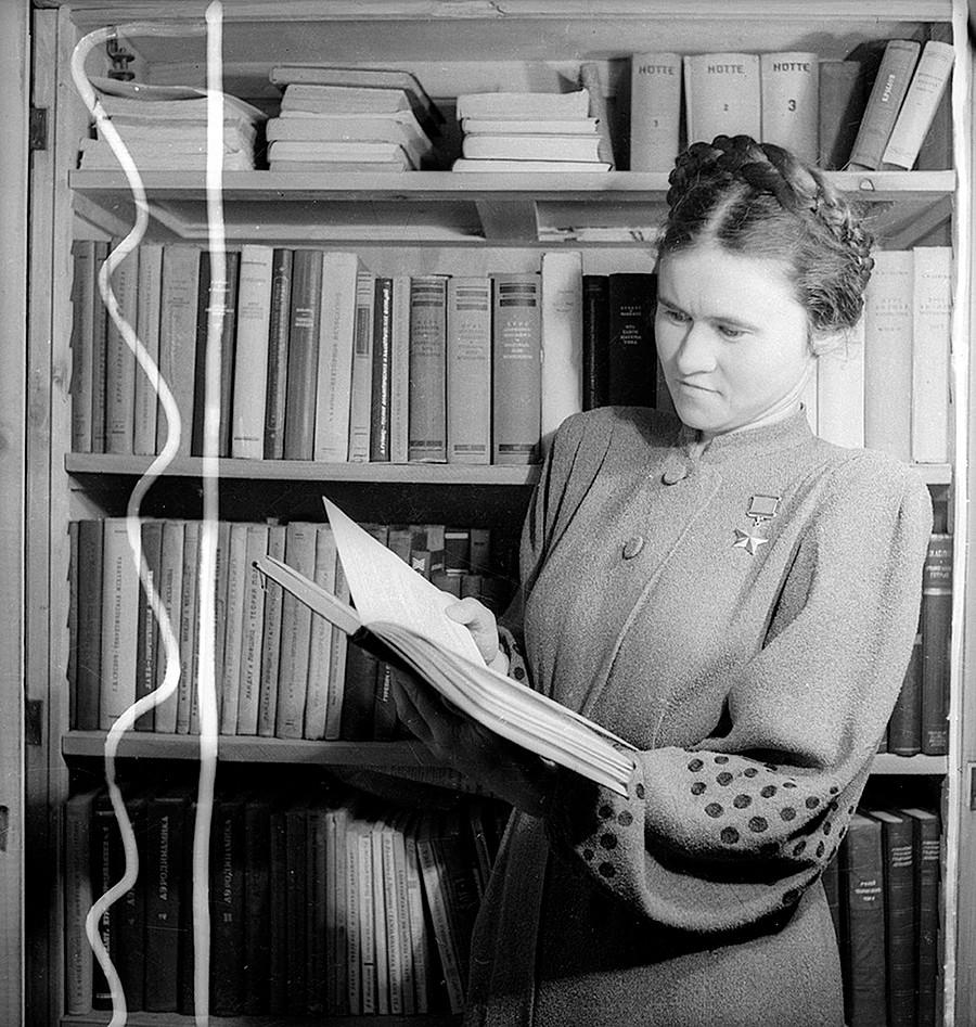 Potret Evdokia Pasko, Pahlawan Uni Soviet dan navigator Resimen Pengawal Penerbangan Bomber ke-46 'Taman' yang semua anggotanya perempuan.