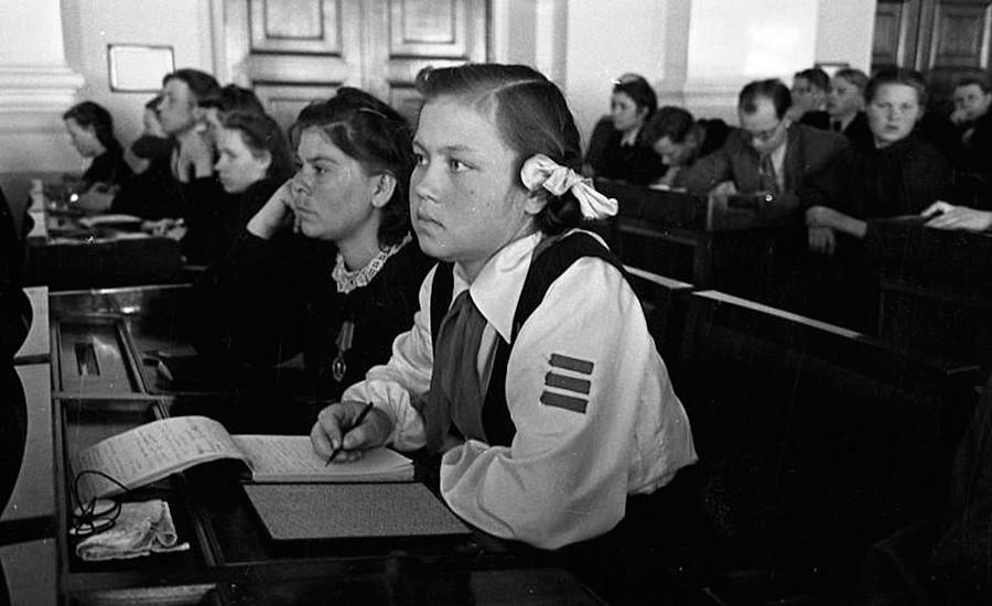 Para gadis komsomol di Kongres XI Liga Komunis Muda Leninist seluruh Rusia.