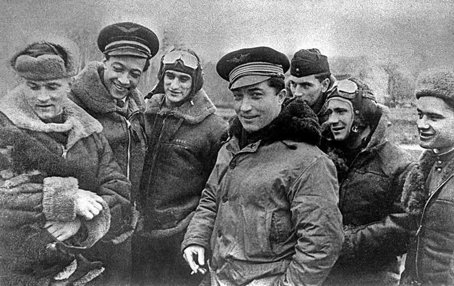 Pilotos rusos y franceses durante la operación militar conjunta de Prusia Oriental en enero de 1945