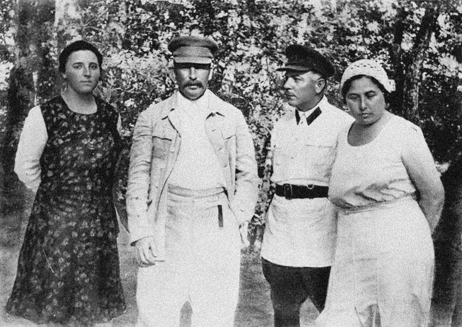 Nadezhda Allilúyeva, esposa de Stalin (izquierda)