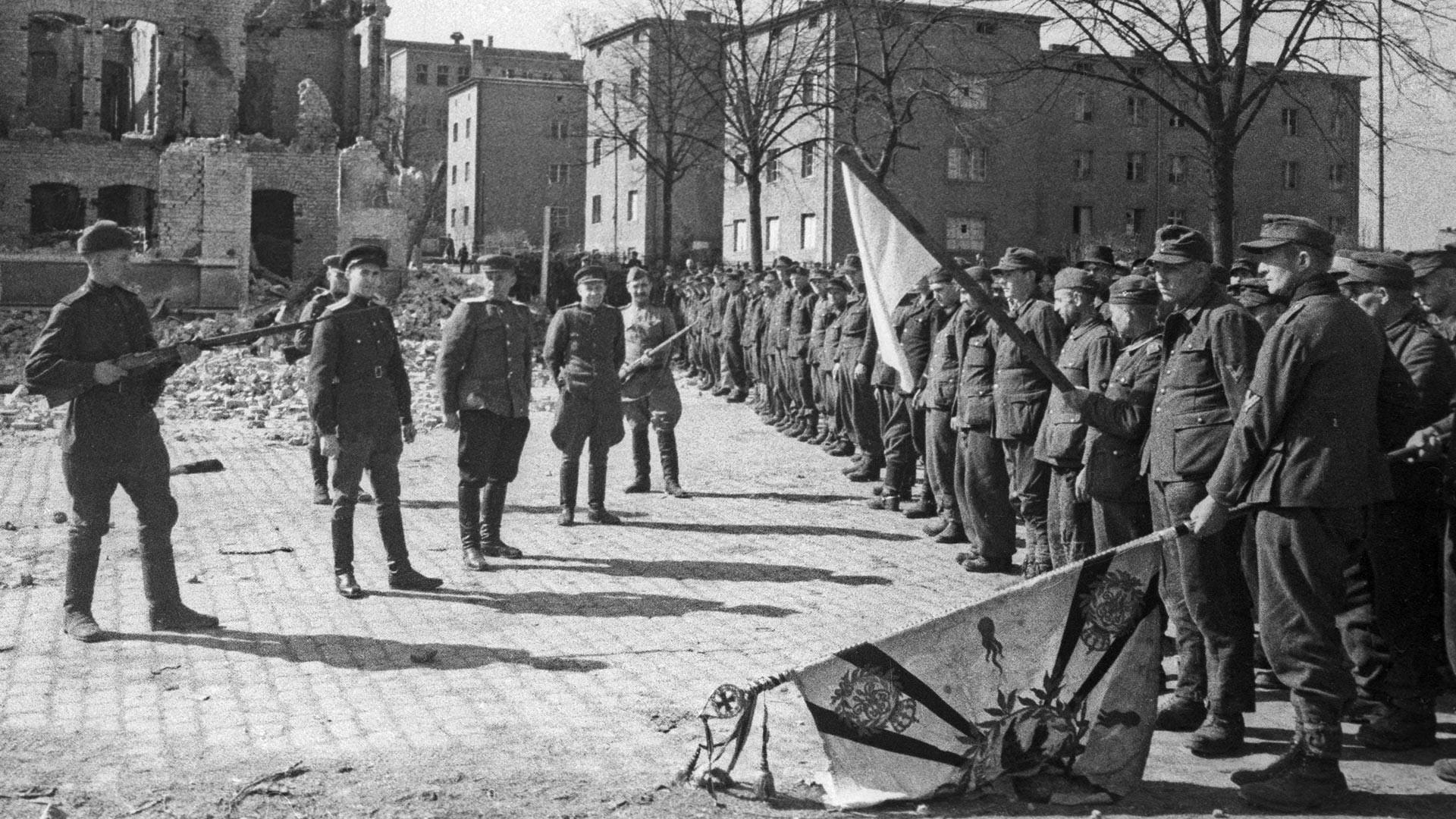 Предавање на војници на еден дел од берлинскиот гарнизон