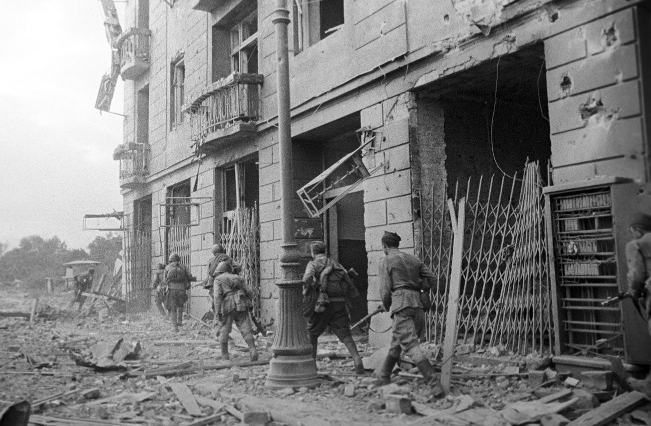 Големата татковинска војна (1941-1945). Прв белоруски фронт. Војници со автомати во битката за Прага