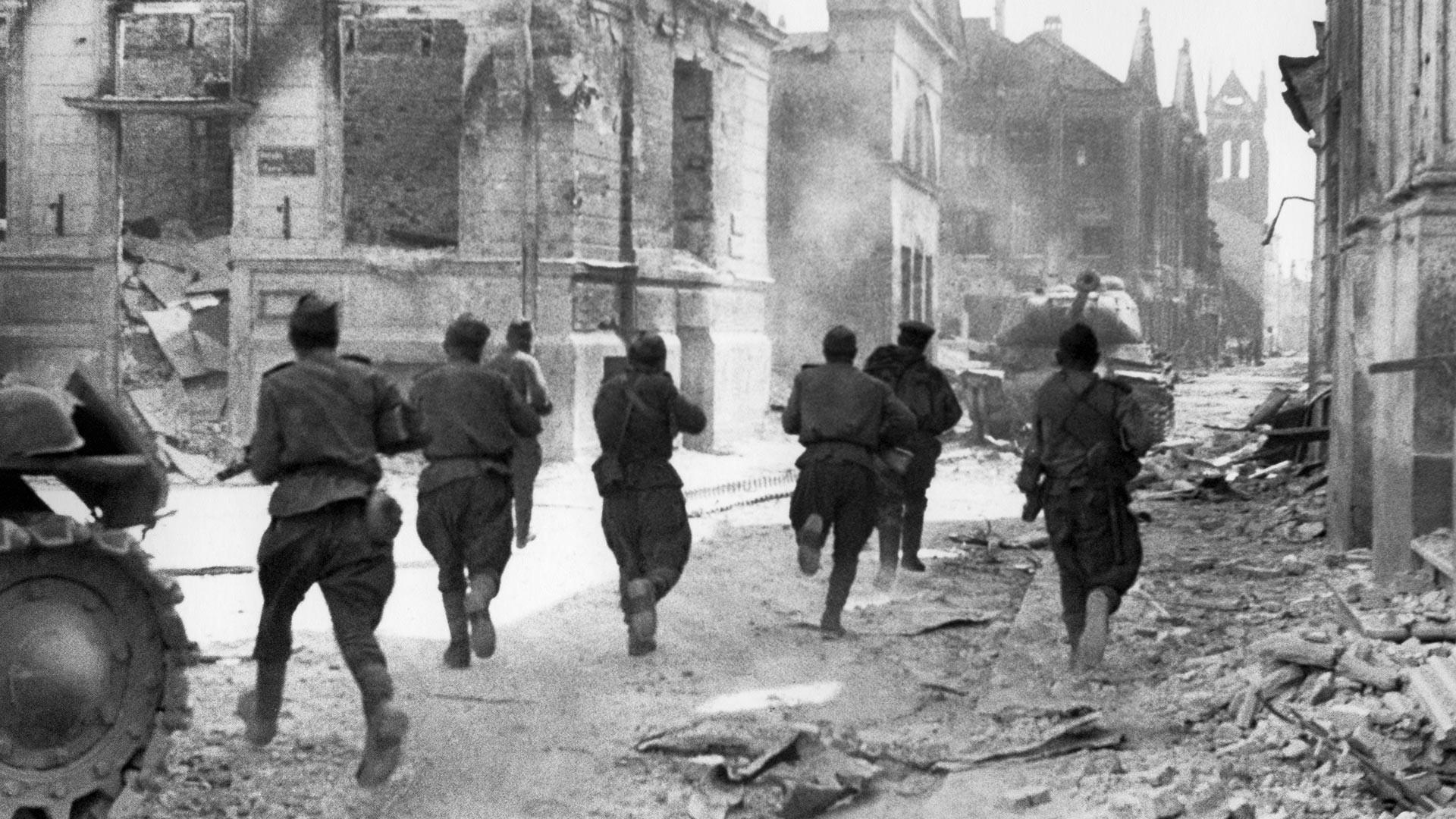Војници на Првиот прибалтички фронт вооружени со автомати водат улични борби со германско-фашистичките освојувачи.