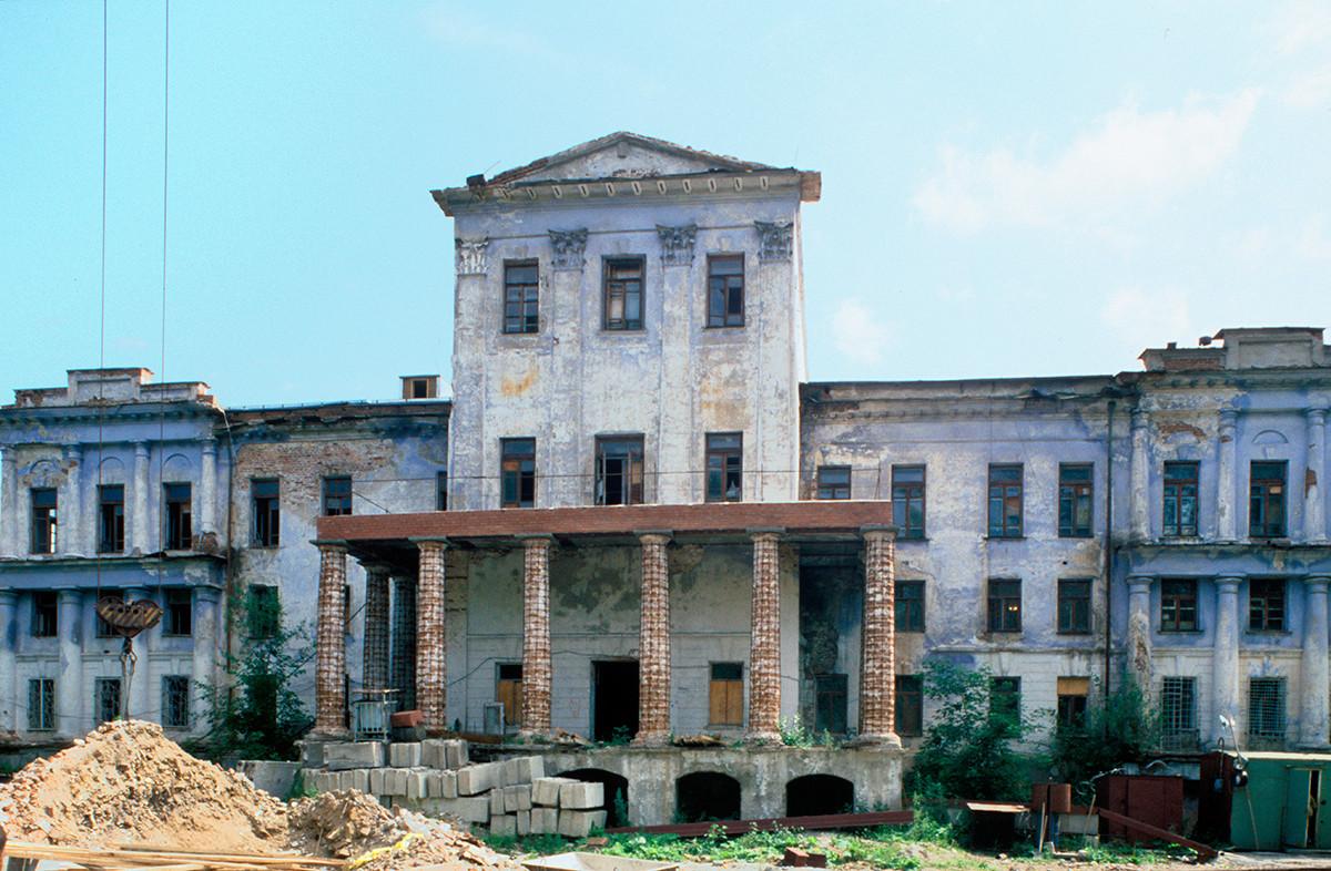 Bela hiša. Fasada s pogledom na mestni ribnik. 14. julij 2003.