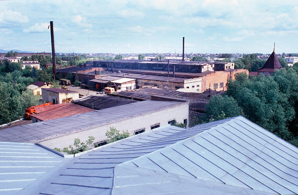 Pogled severovzhodno s strehe Bele hiše. Kištimska tovarna in sekundarni stolp na nekdanjem posestvu Demidovih. 14. julij 2003.
