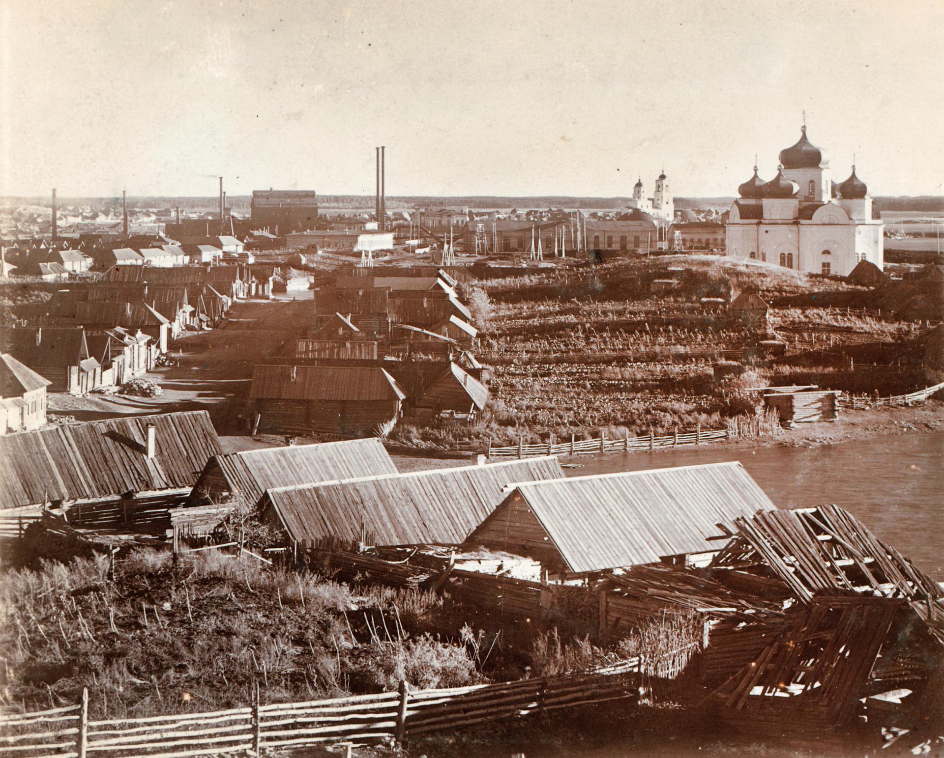 Pogled na delavske hiše in vrtne parcele. Ozadje: Kištimska tovarna (levo), cerkev Spusta Svetega Duha, Katedrala Jezusovega rojstva. 1909.
