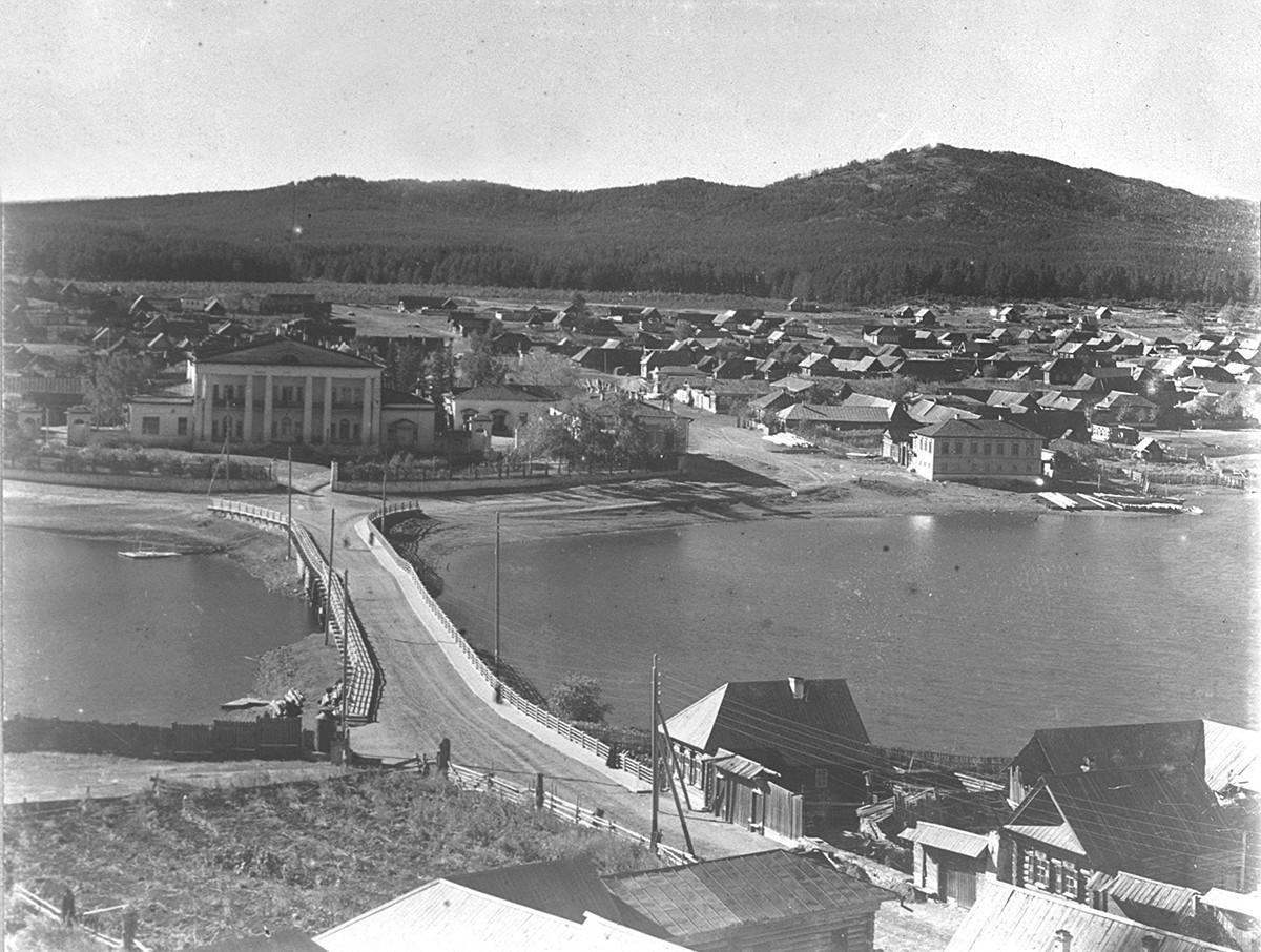 Pogled na tovarniško bolnišnico v Kištimu in delavsko naselje. Ozadje. Gora Sugomak. 1909.