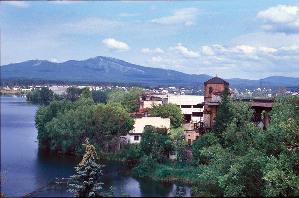 Pogled na goro Sugomak s strehe Bele hiše. 14. julij 2003.