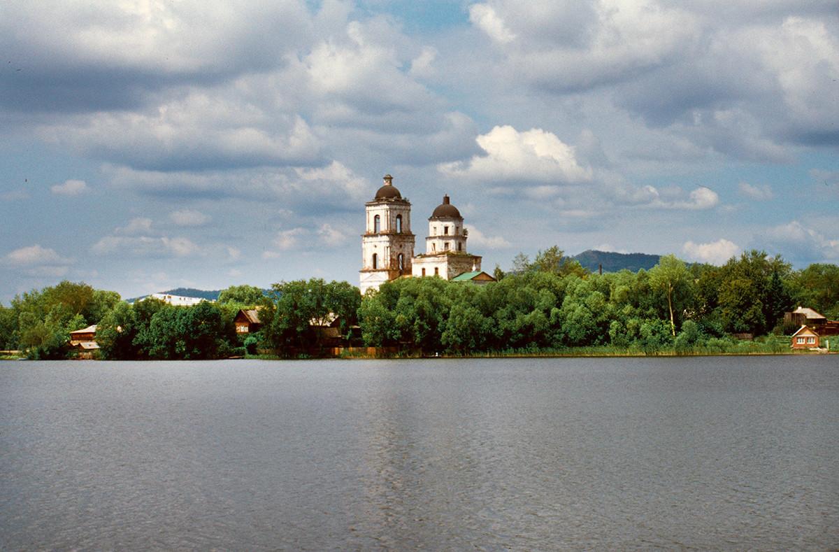 Mestni ribnik s cerkvijo Spusta Svetega Duha. V ozadju na desni: gora Sugomak. 14. julij 2003.