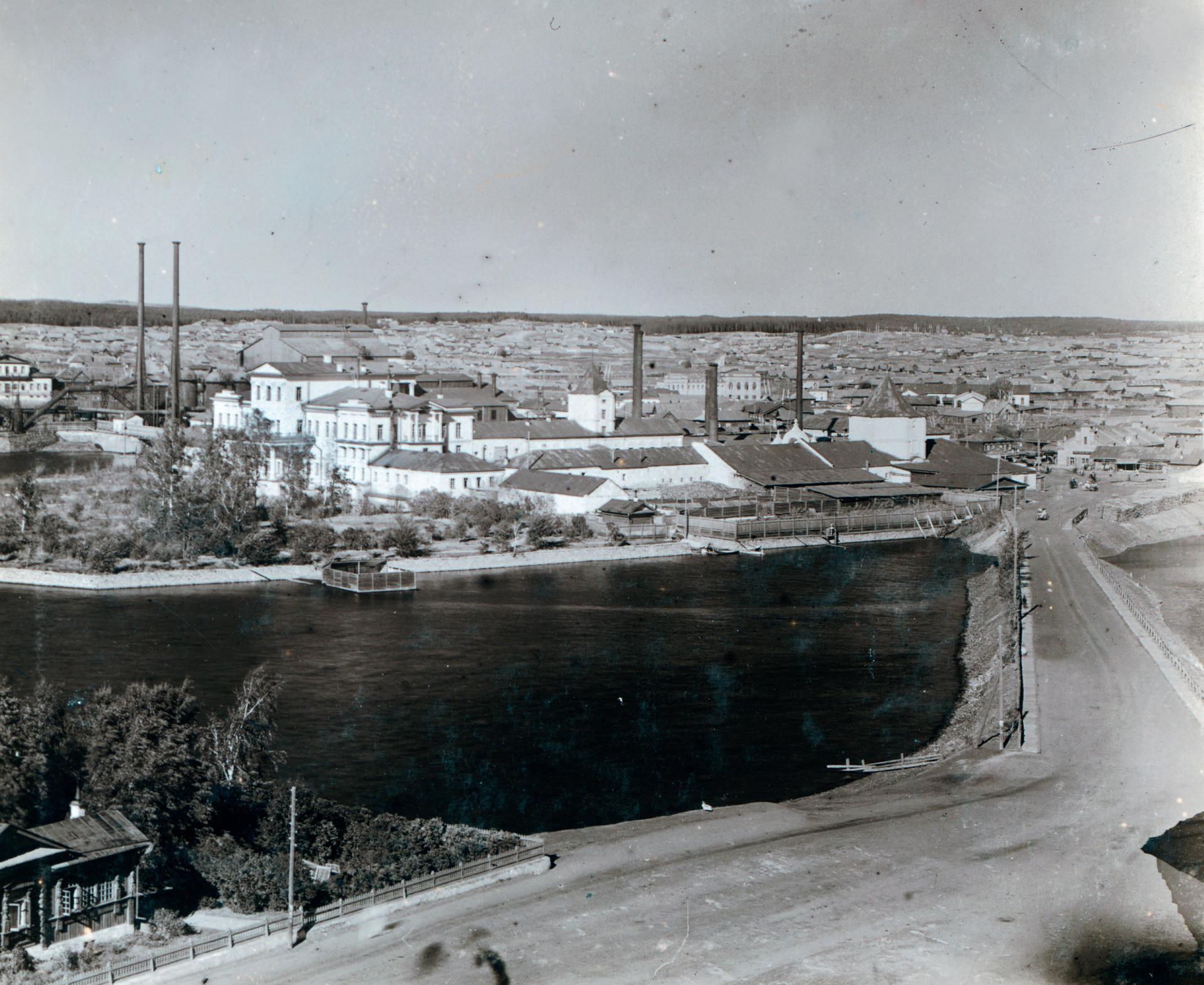 Pogled na glavno tovarno v Kištimu z Belo hišo na nekdanjem posestvu Demidovih. V ospredju: mestni ribnik (reka Kištim). Desno: stolp iz 18. stoletja, ki ga je zgradil Nikita Demidov. 1909.