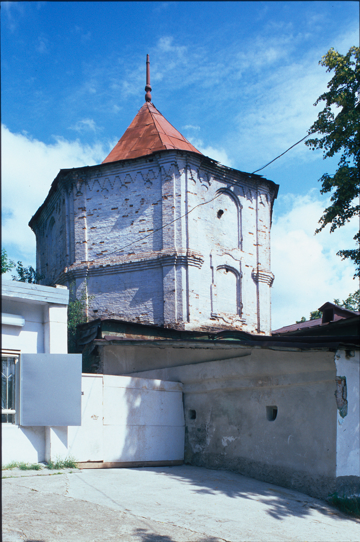 Stolp na nekdanjem posestvu Demidovih v Kištimski tovarni. Zgrajen pb. 1760 po načrtih Nikite Demidova. 14. julij 2003.