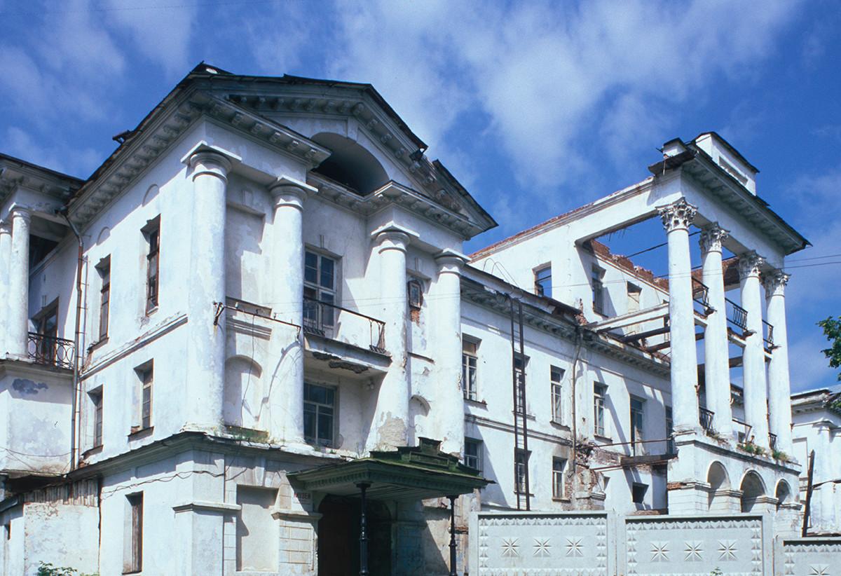 Kištim. Bela hiša (graščina na nekdanjem posestvu Demidovih). Glavna fasada. 14. julij 2003