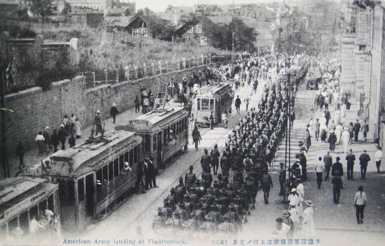 ウラジオストクで行進しているアメリカ兵士