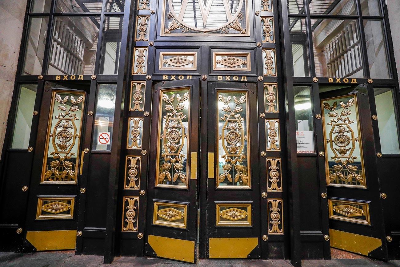 Декор на вратата при входа на станция