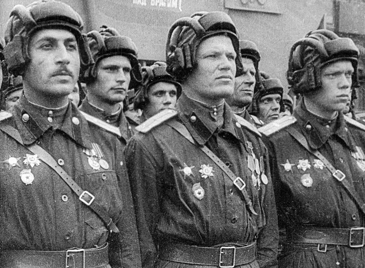 Tentara Soviet saat parade Kemenangan di Lapangan Merah, 1945.