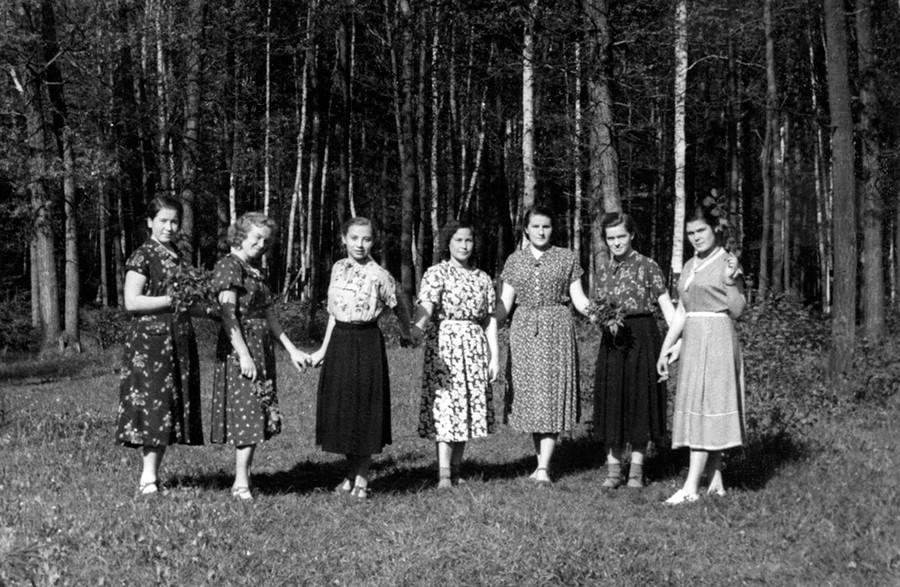 産業技術学校の女学生たち