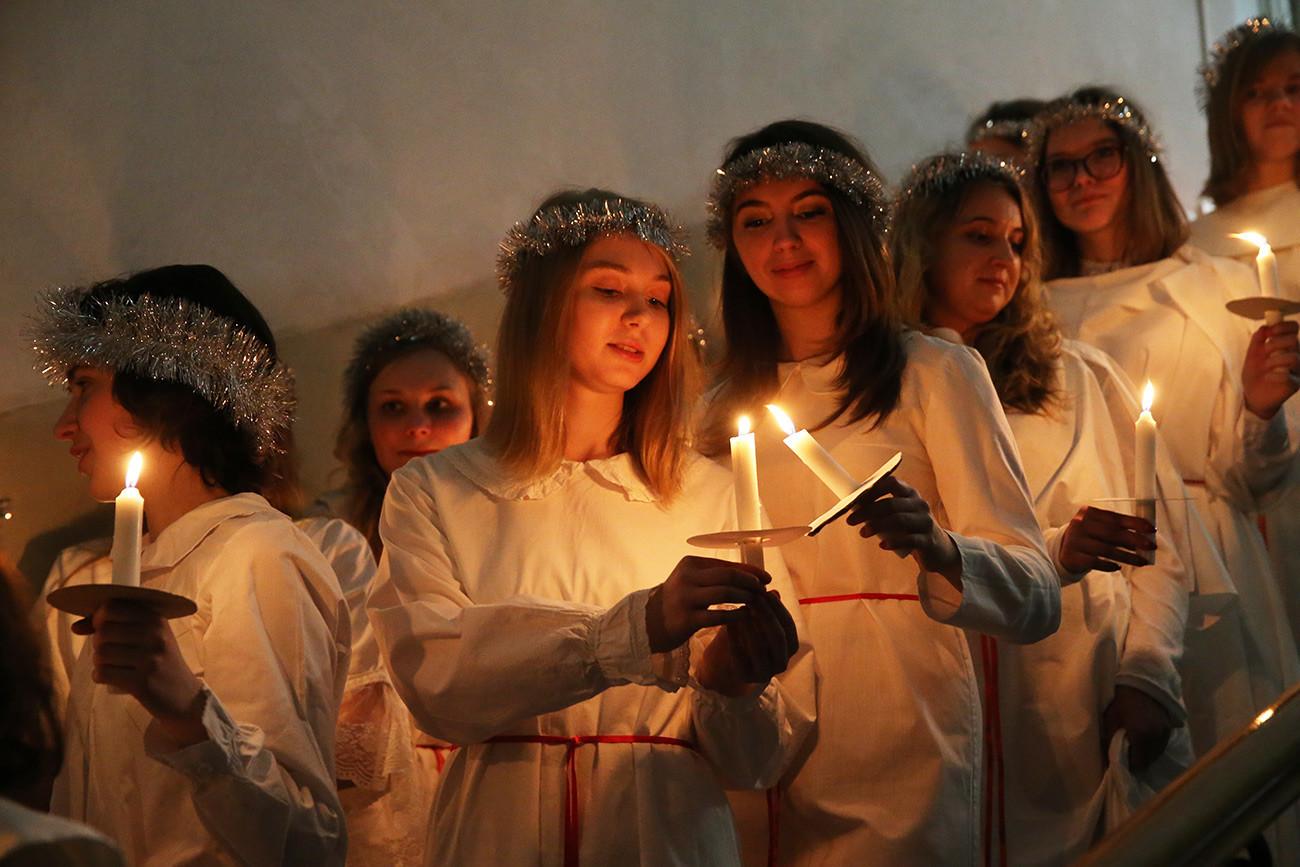 Perayaan Hari Santa Lusia di Gereja Katolik Swedia St. Catherine.