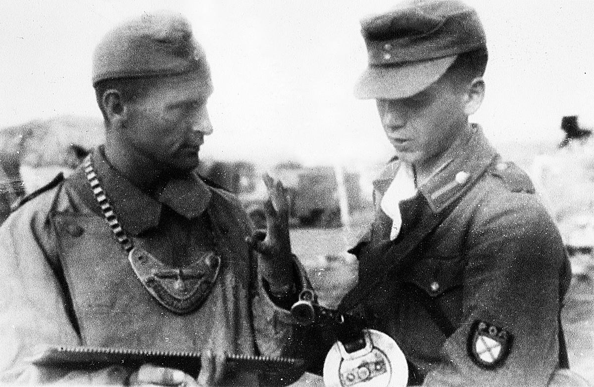 Soldado alemán hablando con un miembro del ROA del general Vlásov.